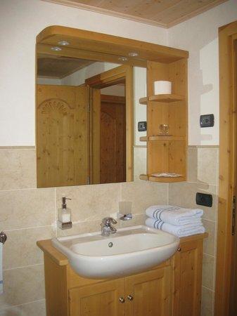 B&B I Saleit: comodo bagno in legno con doccia