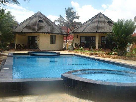 Arabian Nights Suites: beautiful swimming pool
