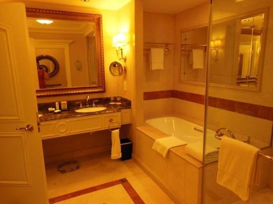 Bella suite picture of the venetian macao resort hotel for Bella bathrooms