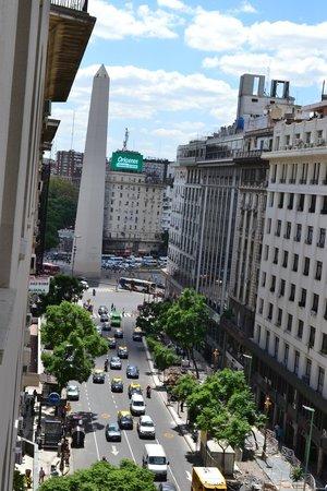 Reconquista Plaza: Obelisco visto da janela do hotel