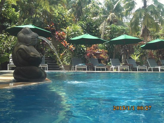 Bali Spirit Hotel and Spa: pool fountains and deck chairs