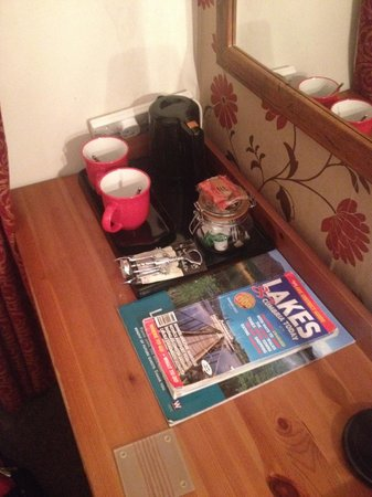 Cambridge House Guest House: Good tea and coffee facilities and helpful leaflets and magazines available!