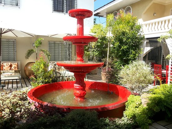 Island's Leisure Boutique Hotel and Spa - Dumaguete: red fountain