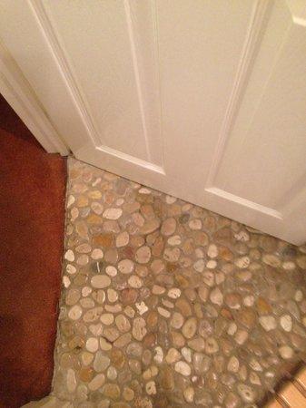 The Waverley Guesthouse: Pebbled shower room floor.
