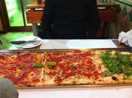 Pizzeria L'Universita : Un metro di pizza... Ce la siano divorati in due!!!