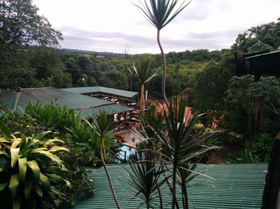 Jasy Hotel: Vista al hotel desde la terraza de las habitaciones al restaurant
