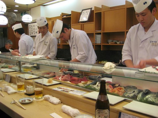 Tsukiji Sushisay Honten: 4 chefs serving 20