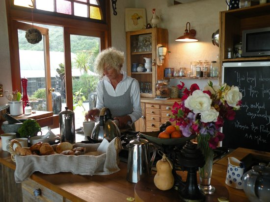 Ti Kouka House: Sandy preparing breakfast
