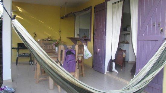 Les Pommes Kannelles: terrasse avec cuisine/bar et salon