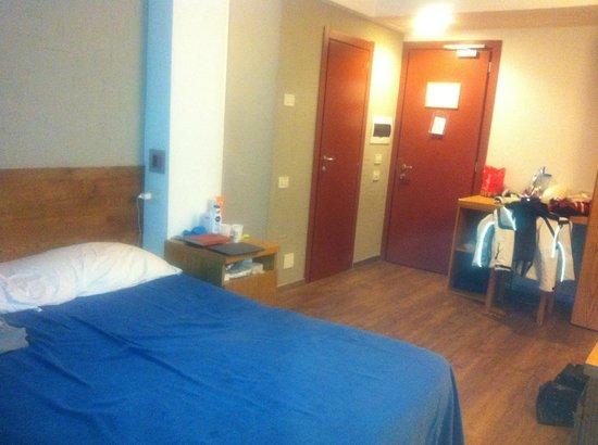 Club Valtur Marilleva: camera da letto, porta d'entrata e porta del bagno