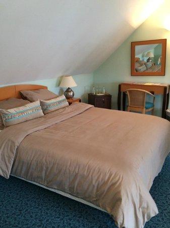 Hôtel Saint Roch : Le grand lit de la suite au 4ème étage