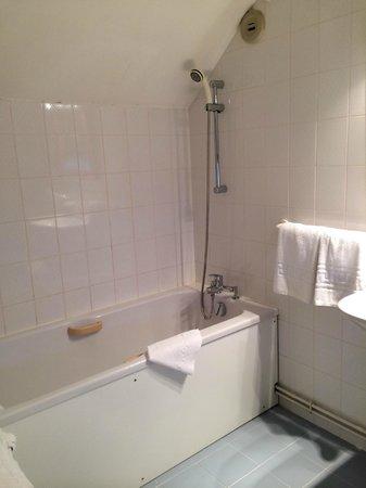 Hôtel Saint Roch : Salle de bain de la suite