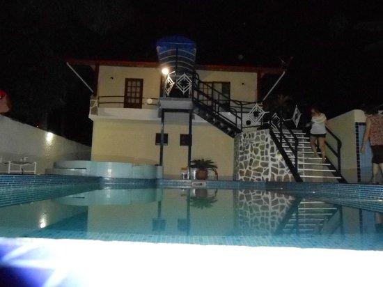 Hotel Brunello: Piscina redonda, pequena, que deságua na maior, bem tratada, chuveiro grande. Escada acesso aps