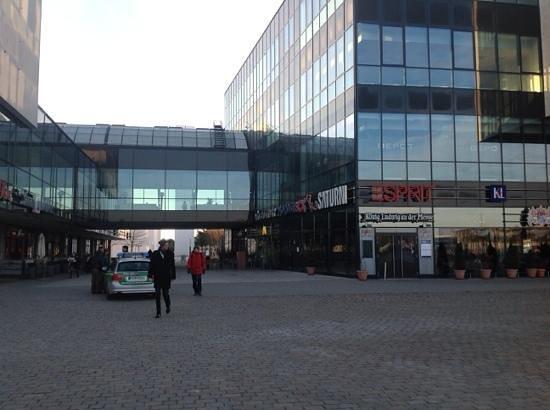 Novotel Munchen Messe : shopping center nextdoor