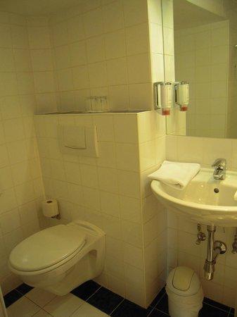 Hotel Papageno: Bath of room 534