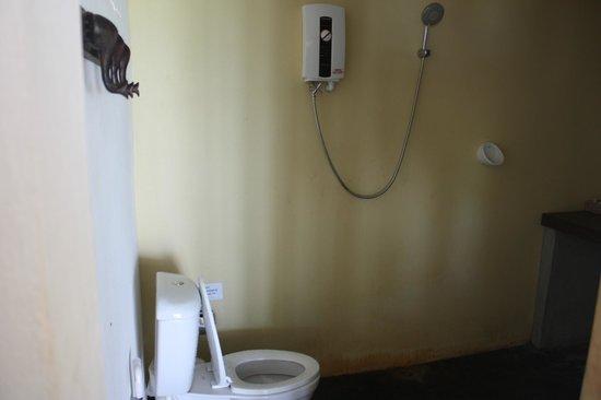 Mali Resort Pattaya Beach Koh Lipe : 洗面台の後ろがシャワーとトイレ、足元が濡れるのが気になります