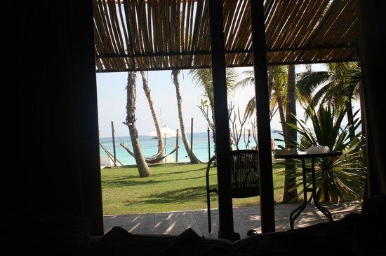 Mali Resort Pattaya Beach Koh Lipe : ベットに寝転ぶと足の先にビーチが広がります