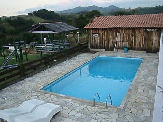 Pousada Recanto dos Manacás : area da piscina e playground