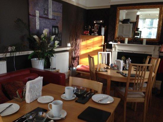 Bentham Lodge Guest House : Breakfast room. Lovely golden light.