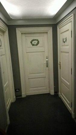 Richmond Hotel: scruffy hallways