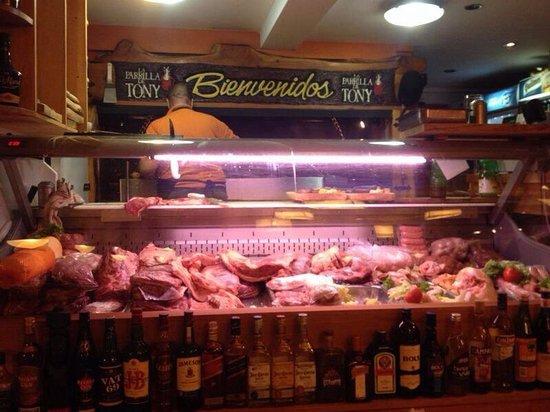 La Parrilla de Tony: As carnes ficam armazenadas a vista de todos, e o churrasqueiro vai pegando na hora para fazer!