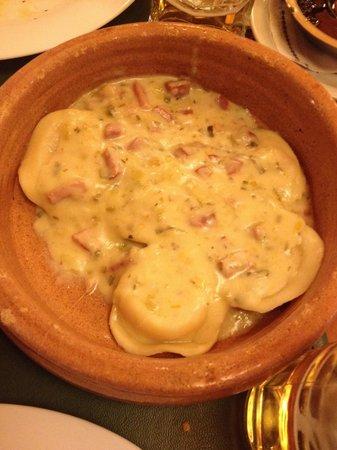 """La Parrilla de Tony: Surrentinos, um macarrão recheado com presunto e queijo, com molho especial """"a La Tony"""", sensaci"""