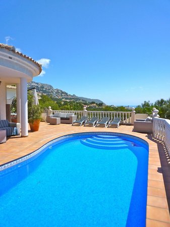 Villa Altea: Large sun terraces with lounge sofas, sunbeds, pool and sea view