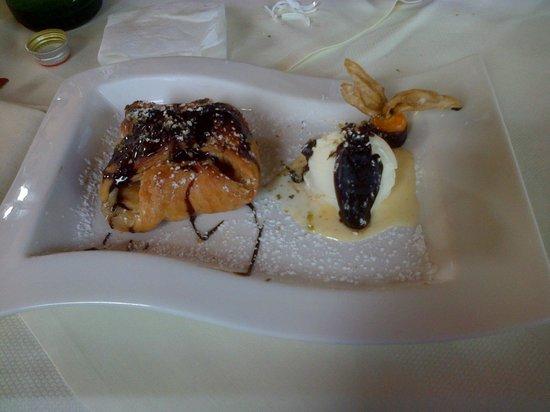 Ristorante Pizzeria Baglio del Falco: pastasfoglia con mele e gelato alla vaniglia con cioccolato fuso
