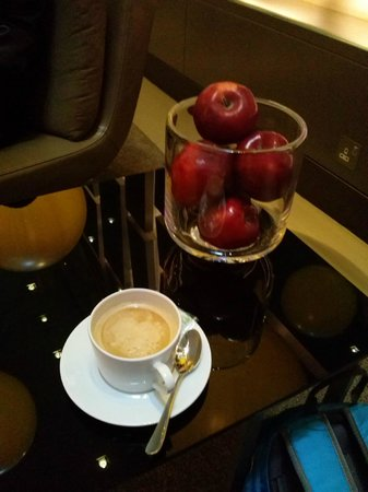 Andaz London Liverpool Street: free coffee and apples in lobby
