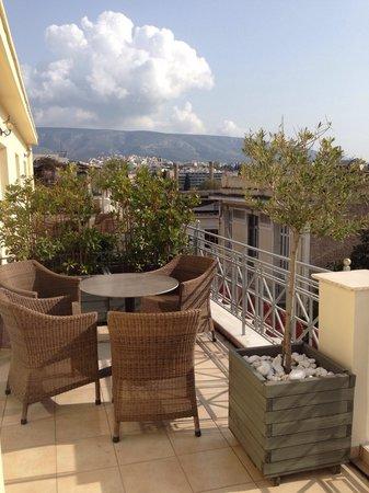 AVA Hotel Athens: Vue d'un coté de la terrasse (chambre 302)
