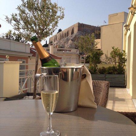 AVA Hotel Athens: Vue de l'autre coté de la terrasse avec bouteille de bienvenue (chambre 302)