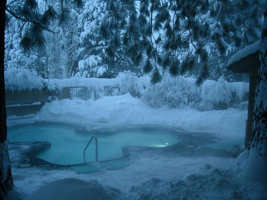 Sunriver Resort: Heated hot tub right outside our unit