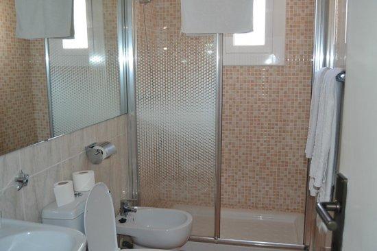 Hotel Los Globos: Uno de los dos baños, renovado