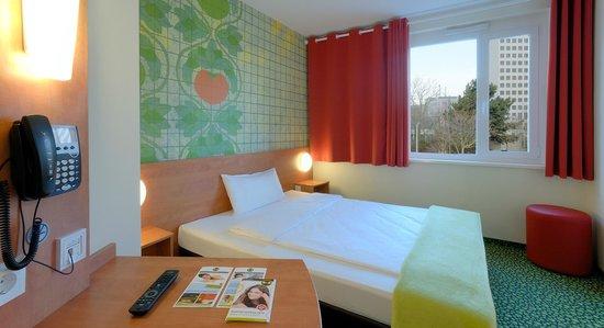 B&B Hotel Frankfurt-West : Zimmer mit französischem Bett