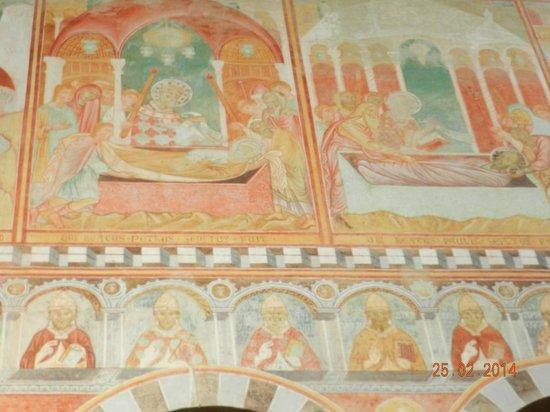 Basilica romanica di San Piero a Grado : Affreschi:deposizione dei SS.Pietro e Paoloe ritratti dei Pontefici