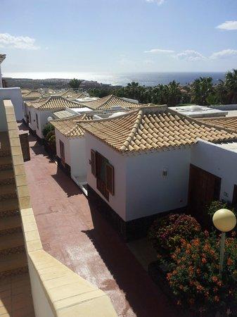 Royal Tenerife Country Club: Vistas al mar desde la entrada de la habitación y habitaciones próximas