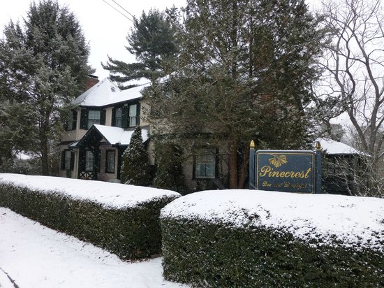 Pinecrest Bed and Breakfast: beautiful in the light snow!