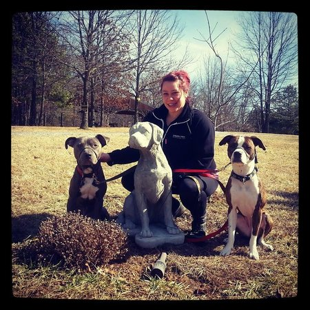 Rim Rock's Dogwood Cabins: Amanda, Bobo, and Luna with the statue of Oakley