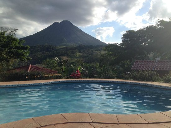 Hotel Miradas Arenal: Sicht vom pool. Pool view