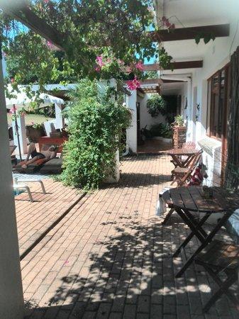 Marula Lodge Guesthouse: Doorkijkje naar het ontbijtterras