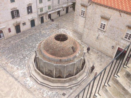 Placa (Stradun): Water feature at Pile Gate end of Stradun