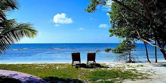 Hatchet Caye Resort: Lounge by the beach at Hatchet Caye Belize