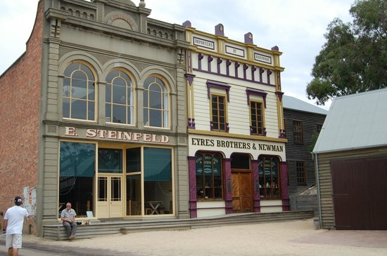 Sovereign Hill Hotel: The rooms were behind the facade of the building on the right