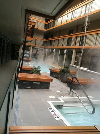Banff Aspen Lodge : Outdoor heated pool
