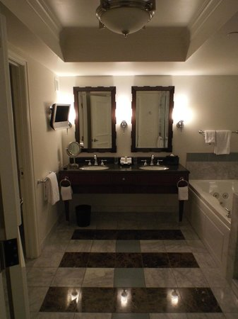 Caesars Palace: Lovely double sinks in the Augustus room...