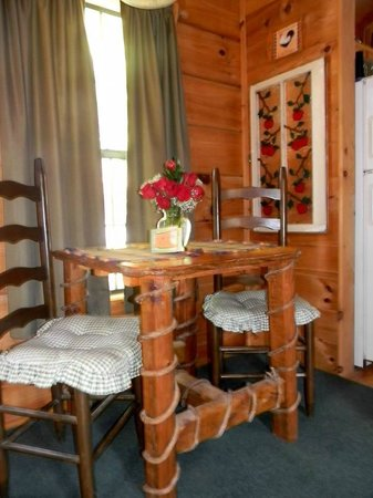 Arbor Cabins at Lake Lure: Dinning Area