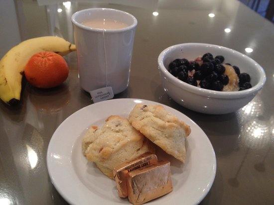 Lithia Springs Resort: My spa breakfast... More fresh, full of gluten, apricot and current scones!!