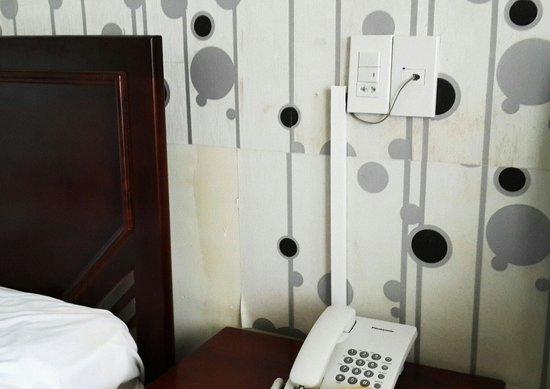 Luxury Nha Trang Hotel : Между кроватей над тумбочкой