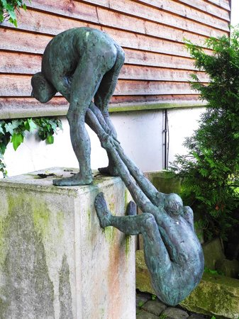 Skulpturenpfad: Vor dem Haus