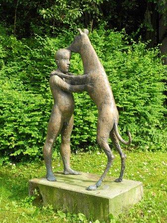 Skulpturenpfad: Auf der Straße